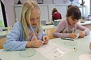 Schüler experimentieren Schülerinnen führen einen Versuch durch