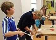 Schüler an Werkbank Schüler werkeln etwas