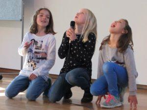 Schülerinnen auf der Bühne Die Schüler der KWS begeistern mit ihren Auftritten bei Show and Tell
