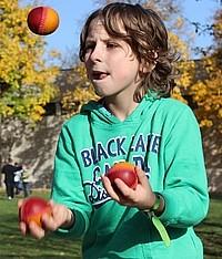 Schüler jongliert