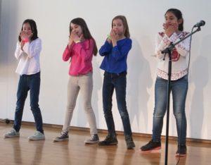 Kinder auf der Bühne Die Schüler der KWS begeistern mit ihren Auftritten bei Show and Tell