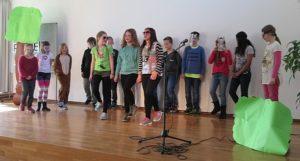 Kinder auf der Bühne Schüler der KWs begeistern mit ihren Auftritten bei Show and Tell