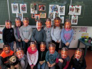 Kinder mit Masken Kinder verkleiden sich mit lustigen Masken