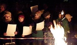 Schüler singen Weihnachtslieder am Lagerfeuer