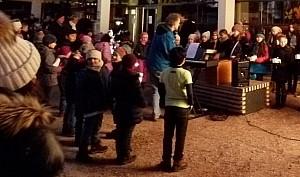 Kinder tragen etwas vor, Schüler tragen ein Weihnachtslied vor