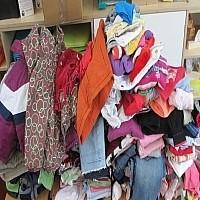 Klamottenhaufen Die KWs veranstaltet einen Flohmarkt