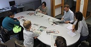 Schülergruppe bearbeitet Aufgaben