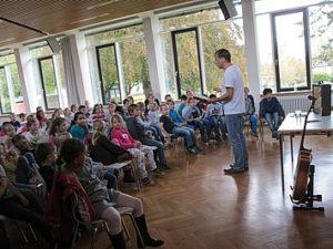 Schüler und Musiker Schüler lauschen Konzert eines Musikers