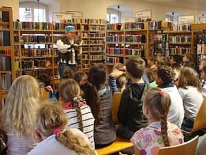 Schüler in Stadtbücherei Schüler besuchen Stadtbücherei in Rottweil und bekommen eine Vorlesung aus einem Buch