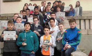 Gruppenfoto mit Zeitung Einige Schüler der KWS haben einen Bericht im Schwarzwälder Bote veröffentlicht