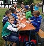 Kinder mit Mehl Schüler sitzen auf Bänken und verfeinern Mehl mit der Hand