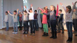 Schüler auf der Bühne Schüler der KWS begeistern mit ihren Auftritten bei Show and Tell