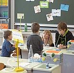 Schüler in Chemieraum Kinder dürfen Versuche machen