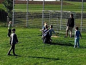 Schüler auf einem Ausflug Schüler spielen Fußball