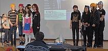 Schüler auf der Bühne Schüler zeigen ein einstudiertes Theaterstück