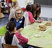 Schülerin bastelt Ein Kind bastelt etwas mit einer Lehrerin