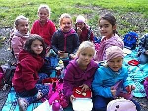 Schüler auf einem Ausflug Schüler auf einer Picknick-Decke