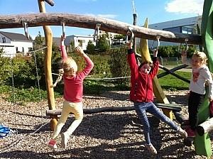 Schüler klettern auf einem Spielplatz