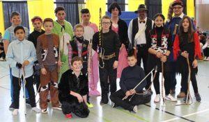 Schüler verkleidet Die Schüler verkleiden sich nicht nur, viele klepfen auch in der Schule