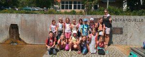 Gruppenfoto Schüler machen einen AUsflug an die Neckarquelle