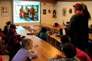 Kinder schauen Präsentation Schüler lauschen einem Vortrag der Narrenzunft Rottweil