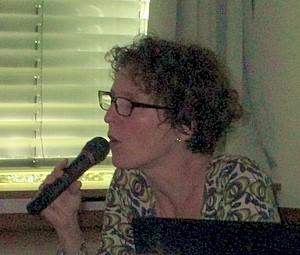 Frau spricht in Mikrofon Schüler der KWS folgen einem spannenden Vortrag