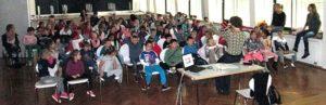 Kinder im Musiksaal Schüler der KWS folgen einem spannenden Vortrag