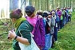 Schüler im Wald Schüler der KWS auf dem Weg in den Wald, zur Stelle, an der die Teamtage statt finden werden