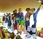 Kinder verkleidet An der Fasnet kommen die Schüler der KWS verkleidet in die Schule