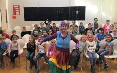 Autorin mit Kindern Autorin begeistern KWS Schüler