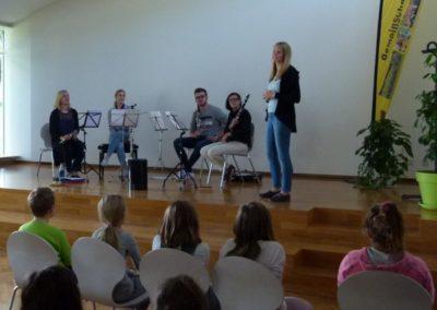 Schulleitung mit Musikern Schulleitung spricht zu Schülern vor dem Auftritt