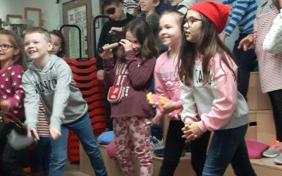 Kinder der zweiten Klasse Besuch der Klasse 2b in der Stadtbücherei
