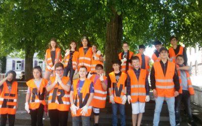 Schüler in orangenen Westen Schüler im Einsatz gegen Müll