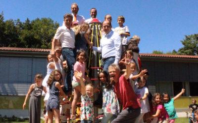 Gruppenbild auf Klettergerüst Grundschule weiht begeistert neues Klettergerüst ein