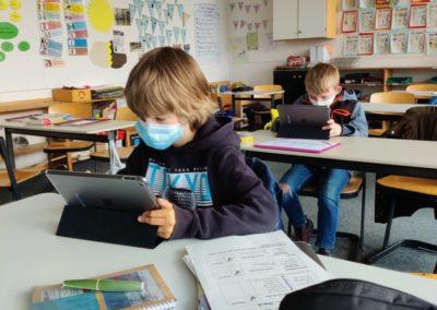 Schüler mit Tablet Schülertablets werden von Viertklässlern in Betrieb geniommen.