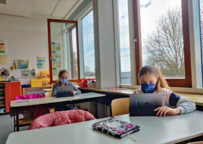 Schülerinnen mit Tablet Schülertablets werden von Viertklässlern in Betrieb geniommen.