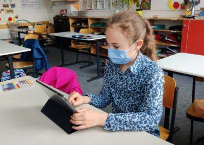 Schülerin mit Tablet Schülertablets werden von Viertklässlern in Betrieb geniommen.