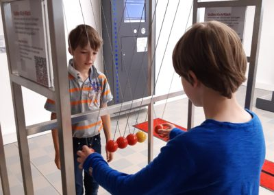 2 Schüler beim Besuch der Ausstellung Schüler erkunden Naturgesetze
