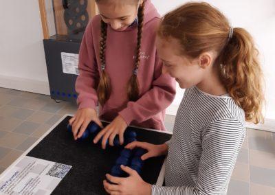 2 Schülerinnen beim Besuch der Ausstellung 2 Schülerinnen erkunden Naturgesetze