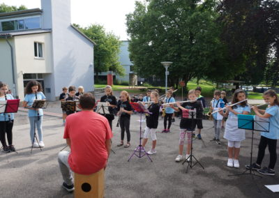 Bläserklasse vor Musikpavillon Bläserklasse spielt Auftakt