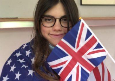 Schülerin mit britischer Flagge Auf dem Bild ist Larissa Colina zu sehen, die in der Klasse 5a den 1. Platz belegt hat.