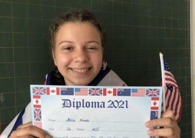 Schülerin mit US Flagge und Urkunde Durch ihren Teilnahme erhält die Schülerin eine Urkunde.