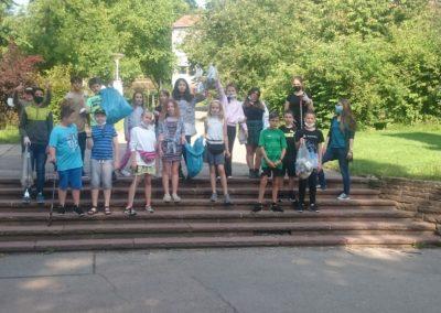 Auf dem Bild sind Schüler der Klasse 5a nach dem Müll sammeln zu sehen.