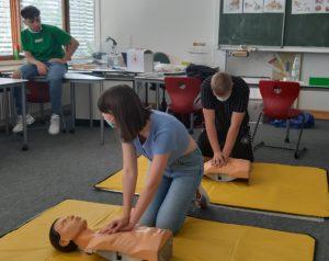 Auf dem Bild sind Schüler der Klasse 10 beim Erste-Hilfe-Kurs zu sehen.
