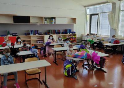 1. Unterrichtsstunde Klasse 1b Klasse 1b an ihren Sitzplätzen