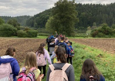 Foto vom Wandertag der 5. Klasse auf dem Weg zur Grillhütte nach Göllsdorf